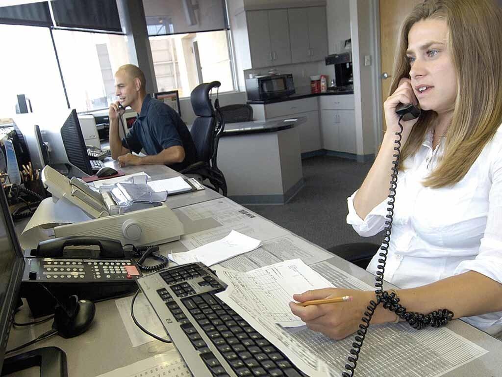 auto transport office taking calls